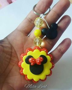 Polymer Clay Figures, Fimo Clay, Polymer Clay Charms, Polymer Clay Jewelry, Fiesta Mickey Mouse, Minnie Mouse Party, Minnie Bow, Pasta Flexible, Foam Crafts