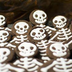 Leckere Schokoladenkekse mit Eiweißglasur. Die Kekse lassen sich sehr gut zur Halloweenparty vorbereiten.