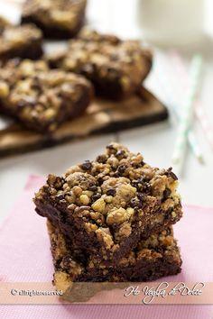 Brookies nati dall'unione dei brownies più cookies. Dolcetti americani facili e golosi a base di cioccolato cremosi e con una base croccante di biscotti.