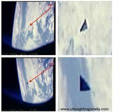 Un gigantesque OVNI triangulaire photographié par la NASA:Depuis les années 1990, des OVNI de forme triangulaire sont très régulièrement observées. Seulement, pour la première de l'histoire de l'ufologie, c'est la NASA qui a publié plusieurs clichés de ces mystérieuses formes qui sillonnent, pour une raison inconnue, notre planète. http://www.extranormal.eu