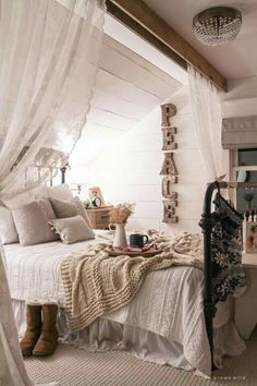 60+ Romantic Rustic Farmhouse Master Bedroom Decorating Inspirations on romantic chic decor, romantic chic new year, romantic firelight, romantic shabby chic, romantic office, romantic lodge,