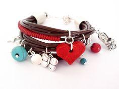 Pulsera hippie de cuero con colgantes de metal, turquesas y corazón de cerámica rojo. Se puede comprar en :http://eltallerdemir.over-blog.es eltallerdemir@hotmail.com