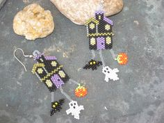 Etsy の Spooky House earrings Halloween earrings by MotherHenBeads Halloween Beads, Halloween Earrings, Halloween Jewelry, Holiday Jewelry, Seed Bead Jewelry, Seed Bead Earrings, Beaded Jewelry, Seed Bead Patterns, Beading Patterns