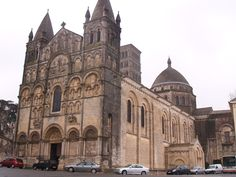 Catedral de Angulema, Francia Romanesque Art, Church Building, Place Of Worship, Tudor, Barcelona Cathedral, Medieval, Gothic, Places To Visit, Iglesias