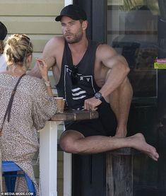Chris Hemsworth kisses Elsa Pataky during romantic surf session Chris Hemsworth Wife, Chris Hemsworth Shirtless, Hemsworth Brothers, Liam Hemsworth, Celebrity Travel, Celebrity Dads, Celebrity Style, Elsa Pataky, Hot Men