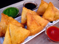 Samosa is not an Indian famous appetizer, but also famous in most of the countries where the Indian lives. Samosa can also deep fry or bake. There are various varieties of samosa recipes, but I Indian Food Recipes, Gourmet Recipes, Vegetarian Recipes, African Recipes, Curry Recipes, Vegetable Samosa, Vegetable Recipes, Samosa Recipe In Hindi, Belize