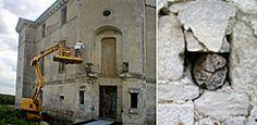 Boulins d'échafaudage, château de Maulnes, Cruzy-le-Châtel (Yonne) - Bourgogne- II - DESCRIPTION. 3) LE LOGIS. f) Les façades - 5: ... mettant en valeur la nymphée; la variation des formes et dimensions des baies intérieures et extérieures.