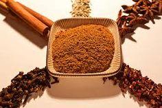 57 - La fórmula y composición de este polvo de especias se fundamenta en la filosofía china del balance del yin y el yang en la composición de algunos alimentos. La mezcla consiste en canela de China: cassia Tung Hing (brotes de cassia en polvo), anís estrellado en polvo y semillas de anís, raíz de jengibre, y clavo de olor. Otra receta de esta mezcla consiste en huajiao (pimienta de Sichuan), bajiao (anís estrellado), rougui (cassia), clavo de olor, y semillas de hinojo.