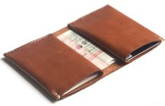 Koncept – Kard mini wallet – This may very well be the absolute coolest leather minimalist wallet I've seen online. MetalBlazerButton… REALLY Likes This! Leather Front Pocket Wallet, Leather Wallet Pattern, Handmade Leather Wallet, Leather Gifts, Leather Craft, Crea Cuir, Simple Wallet, Best Wallet, Minimalist Wallet