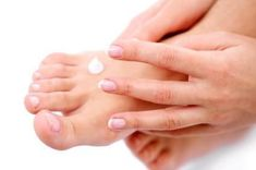 10 Effective Home Remedies For Athlete's Foot Athlete's Foot is a contagious fungal infection of the feet. Simple lifestyle changes can cure the condition. Know the home remedies for athlete s foot enlisted here. Home Remedies For Ringworm, Toenail Fungus Remedies, Dry Skin Remedies, Pedicure, Mani Pedi, Get Rid Of Ringworm, No Chip Manicure, Dry Skin On Feet, Health