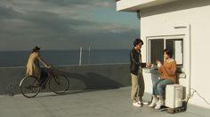 ふたりを横目に自転車をこぐ豪