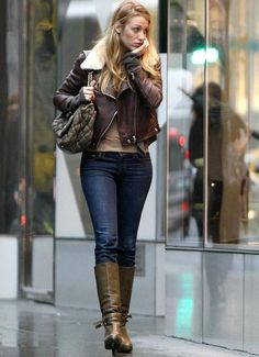 Blake Lively: Blake Lively was born on August And she is an American actress and model. She currently stars as Serena van d. Blake Lively Street Style, Blake Lively Outfits, Blake Lively Style Casual, Gossip Girls, Mode Gossip Girl, Gossip Girl Outfits, Gossip Girl Fashion, Casual Outfits, Cute Outfits