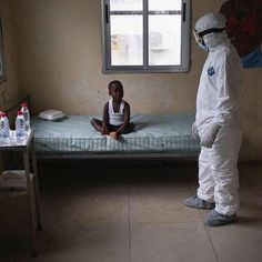 Sus padres han muerto por el ébola.Está en tratamiento.No se llama Excalibur, no se llama Teresa, no se queja. No es nadie..........Sobran las palabras..........o tal vez : ¡¡¡¡¡¡ NOOOOOO !!!!!!!
