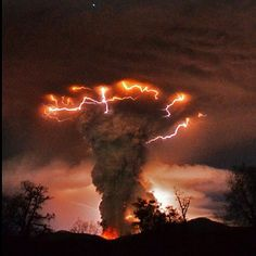 Amazing nature photos - Volcano erupts in Chile Natural Phenomena, Natural Disasters, Blitz Foto, Dame Nature, Nature Nature, Wild Nature, Wild Weather, Tornados, Thunderstorms