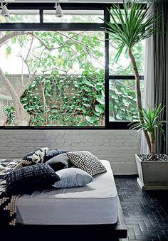 O gerente de marketing Gustavo Morcelli queria mais verde na cidade de São Paulo. Por isso, seu apê fica no primeiro andar e tem grandes janelas que dão para uma trepadeira. Ele ainda tem plantas dentro de casa. Projeto da paisagista Claudia Muñoz