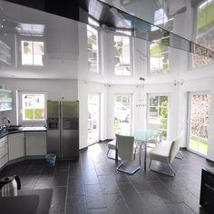 Wohnzimmer mit Hochglanz Spanndecke und LED Beleuchtung in der ...