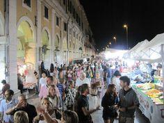 La Grande Fiera Franca di Senigallia  (detta anche della Maddalena), ai giorni nostri, sotto e davanti ai Portici Ercolani...Provincia di Ancona, Marche. [20110829-fiera-03-g.jpg (800×600)]
