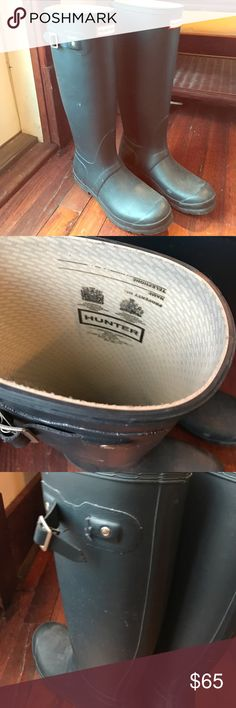 Hunter navy blue wellies euro 39 Really good condition. Some signs of wear at the heel and one strap is broken, see pictures. Hunter Shoes Winter & Rain Boots