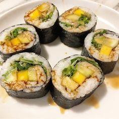 Sylwestrowe sushi :) Z ogórkiem, mango, awokado, zielenizną! #wiemcojem #weganskiejedzenie #wegańskie #zdrowejedzenie #sushi #weganskiesushi #zakreconywegeobiad Sushi, Avocado Egg, Mango, Catering, Vegan Recipes, Baking, Eat, Breakfast, Ethnic Recipes