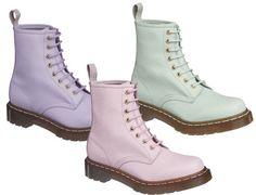 Dr.Martens QQ Pearl系列(女款)From C.P.U.    鞋身珍珠紋理,淡雅柔潤的色彩,淺金色的鞋孔,是本季QQ Pearl系列的獨特亮點,淡雅粉,柔光紫,清新綠,春意盎然的色彩為Dr.Martens增添明快的氣息,穿上你的色彩,讓這個春天輕盈起來吧。