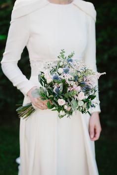 El ramo de novia estaba confeccionado con un toque silvestre y en tonos rosas y azules.
