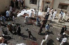 KVÉTA Při pumovém útoku v jihopákistánském městě Kvéta v pondělí byla zasažena nemocnice a podle agentury AP tam zahynulo 30 osob a desítky lidí utrpěly zranění. Agentura Reuters hovoří o deseti obětech a 30 zraněných. Nálož vybuchla ve chvíli, kdy se shromáždili hosté pohřbu prominentního právníka Bilála Anvara Kásího, který byl v pondělí ve Kvétě zastřelen. Mezi asi 50 účastníky pohřbu byli podle agentury Reuters hlavně právníci a novináři.