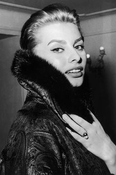 Sophia Loren in a Christian Dior coat, Robes Christian Dior, Christian Dior Vintage, Elizabeth Taylor, Timeless Beauty, Classic Beauty, True Beauty, Trash Film, Sophia Loren Style, Sophia Loren Makeup