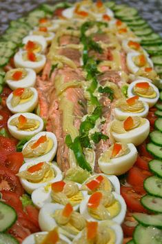saumon bellevue | Invitations gourmandes Fish Recipes, Chicken Recipes, Food Platters, Seafood Dishes, Healthy Dinner Recipes, Holiday Recipes, Entrees, Clean Eating, Cooking