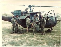 -Rhodesian SAS Troopers alongside Alouette III Helicopter ! Military Life, Military Art, Military History, South African Air Force, Vietnam War Photos, All Nature, Special Forces, Armed Forces, Wwii
