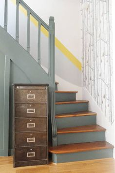 hallway decorating 535154368220010772 - Une cage d'escalier graphique Source by liseaim Stair Walls, Wood Stairs, House Stairs, Painted Staircases, Painted Stairs, Wallpaper Stairs, Modern Wallpaper, House Siding, Hallway Decorating