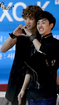 Kyungsoo and Chanyeol Making A Heart To Show How Much Love They Have For Their Fans Omg this picture is too perfect because they're both my favorite Kyungsoo, Park Chanyeol, Chansoo, Baekyeol, Shinee, Exo Couple, Exo Korean, Do Kyung Soo, Kim Taehyung