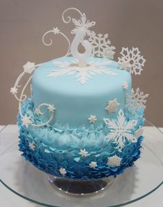 Elsa's snowflakes were cut by hand, and the ice magic is also covered with sugar paste! Frozen Theme Cake, Frozen Birthday Cake, Frozen Party, Bolo Frozen, Bolo Elsa, Pastel Frozen, Bolo Original, Winter Wonderland Cake, Olaf Cake