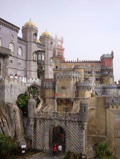 Palais de Sintra- Portugal Plus de détails et mes impressions sur la visite:  http://www.tripadvisor.fr/ShowUserReviews-g189164-d195785-r129126908-National_Palace_of_Pena_Palacio_Nacional_da_Pena-Sintra_Sintra_Municipality_Lisbo.html