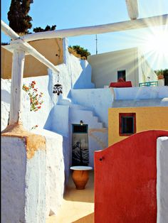 Das Caveland Hostel liegt in einem alten Weingut im Dörfchen Karterados auf der griechischen Urlaubsinsel Santorini, gerade mal einen 20-minütigen Spaziergang von der Inselhauptstadt Fira Town entfernt.