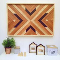 Cómo ayer os gustó mucho el cuadro que os mostraba hecho con trocitos de madera pues voy a aprovechar hoy y os voy a mostrar este que hice hace ya tiempo y que podéis encontrar también en la tienda online. . Es un diseño totalmente distinto incluso este es el doble de grande que el de ayer pero está hecho de la misma forma. Seleccionando trozos de madera lijando los y adaptándolos uno por uno para conseguir este diseño geométrico. Un trabajo hecho a mano y con mucho amor (me encanta todo el…