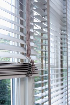 <3 Wooden venetian blinds with FSC wood for an elegant beach house look!   - Luxaflex® Window Styling