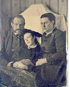 Fotografia post-mortem. Com a vulgarização da fotografia no século XIX, começou a ser uma necessidade nas famílias de classe alta guardar a memória das pessoas. No caso de um indivíduo falecer sem nunca ter sido fotografado, tirava-se uma fotografia ao seu cadáver, para que a memória do mesmo fosse preservada.