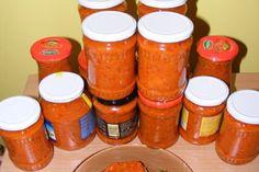 Gustările pregătite pentru iarnă sunt greu de imaginat fără legume precum vinetelesaudovleceii. Aceasta poate fi folosită atât ca o gustare aparte, cât și la prepararea sandvișurilor sau ca garnitură. Pentru a prepara această zacuscă, este importantă pregătirea vinetelor. Acestea pot fi fierte, prăjite sau coapte. Vă recomandăm varianta rețetei de zacuscă cu vinete coapte. Ingrediente -4 kg vinete (coapte) -3 kg gogoșari roșii (copți) -6 kg ardei kapia (copți) -1 kg ceapă -0,75 l ulei -1 l… Soul Food, Salsa, Recipies, Food And Drink, Blue Prints, Canning, Spreads, Recipes, Gravy