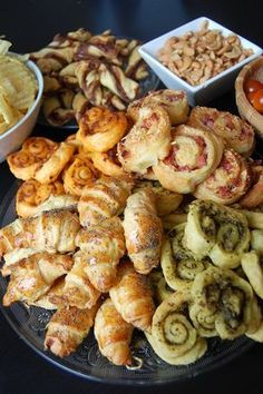 Salé - Pour l'apéritif, recettes rapides et faciles à base de pâte feuilletée. Palmier au pesto rouge. Mini pain au raisin.  Croissant jambon cru/ emmental. Palmier au pesto vert.