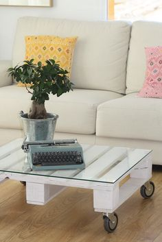 Living with pallet table Cabinet Furniture, Pallet Furniture, Furniture Makeover, Pallet Creations, Home Repairs, Small Space Living, Spring Home, Wood Pallets, Decoration