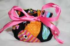 Check out this item in my Etsy shop https://www.etsy.com/listing/265801623/parrot-toucan-bird-jewelry-travel-bag