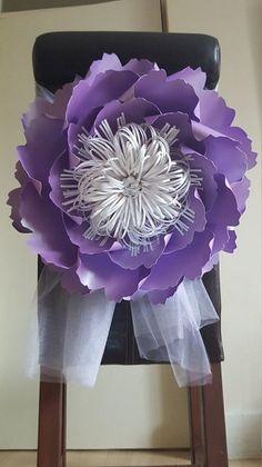 flores gigantes de papel, nas cadeiras