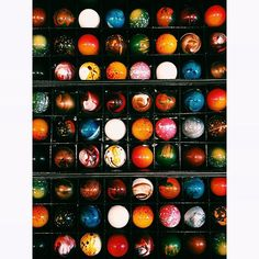 Colorful Chocolate Bonbons as little bombs of happiness! Luxury Chocolate, Chocolate Shop, Chocolate Color, Chocolate Truffles, Chocolate Desserts, Boutique Patisserie, Chocolate Wrapping, Valentine Chocolate, Beautiful Desserts