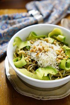avokado-pestopasta / Easy Avocado Pesto Pasta