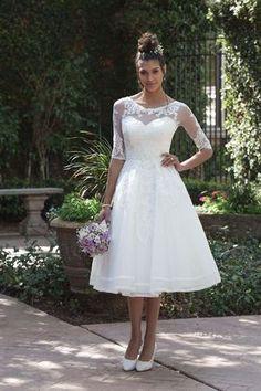 Wunderschön für das Standesamt - Brautkleid Sincerity 4000 Kleid in Tea Length mit halblangen Ärmeln #brautkleid #braut #kurz #standesamtlichehochzeit #standesamtlichehochzeitkleidung #standesamtlichehochzeitkleid #standesamtlichehochzeitkleidung #spitze #illusion