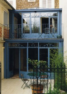 Véranda salle à manger et salon en rez de chaussée Townhouse Exterior, Modern Townhouse, Glass Porch, Grill Door Design, Porch And Balcony, Architecture Design, Amazing Architecture, Narrow House, Container House Design