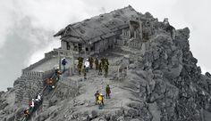 VOLCAN EN JAPON. Equipos de rescate realizan operaciones de búsqueda cerca de la cima del Monte Ontake en el centro de Japón. Los equipos de rescate recuperaron el sábado cuatro cuerpos más cerca de...