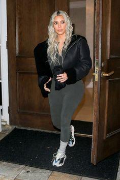Kim Kardashian wearing Adidas Yeezy Wave Runner 700 Sneakers and Yeezy Shearling Flight Coat in True Onyx Estilo Kardashian, Kim Kardashian Yeezy, Kardashian Style, Kardashian Jenner, Kourtney Kardashian, Kim Kardashian Leggings, Kardashian Fashion, Yeezy Outfit, Style Kim K