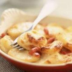 Tartiflette facile et rapide – Ingrédients de la recette : 1. 5 kg de pommes de terre à chair ferme, 500 g de reblochon , 150 g de lardons allumettes fumés, 100 g créme fraîche, 3 oignons