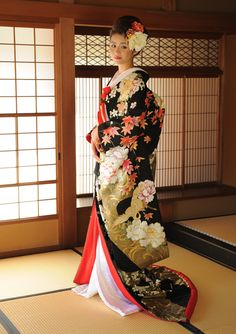 Kimono and yukata are considered as Japanese traditional clothes! And they are weared in the special festival all a year! Traditional Kimono, Traditional Dresses, Kimono Tradicional, Japanese Wedding Kimono, Japanese Costume, Art Japonais, Japanese Geisha, Business Outfit, Japanese Outfits